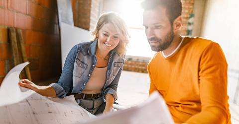 Gelukkig paar dat verbouwing woning analyseert